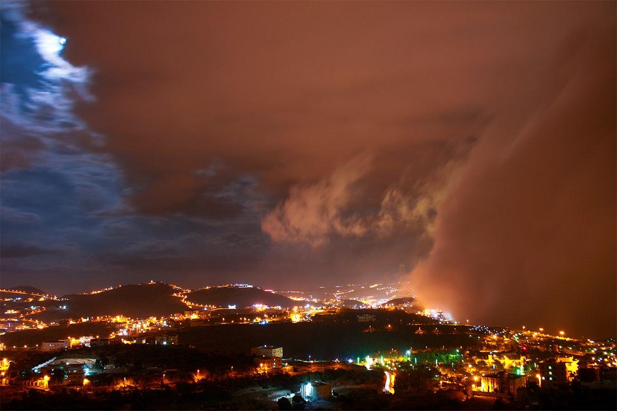 اندماج الغيوم بالقمر