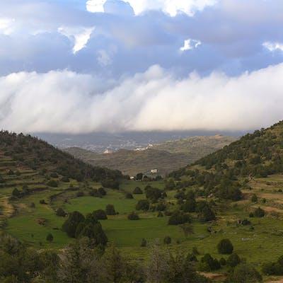 تداخل السحب بالجبال الخضراء