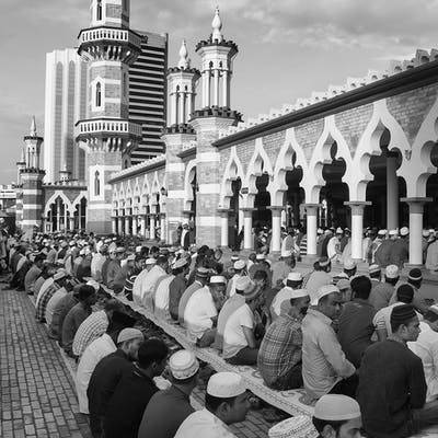 لقطة للصلاة في أحد المساجد