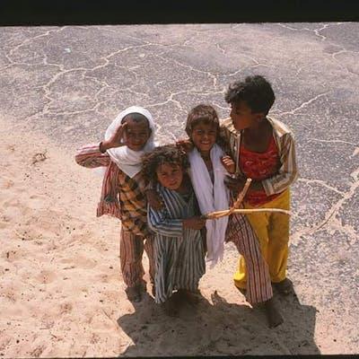صورة نادرة لمجموعة من الأطفال في صحراء شمال